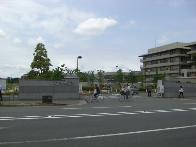 正門(朝は外来の車が列を作っています)