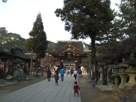 本殿への通(両側にお牛さんや神社が並ぶ)
