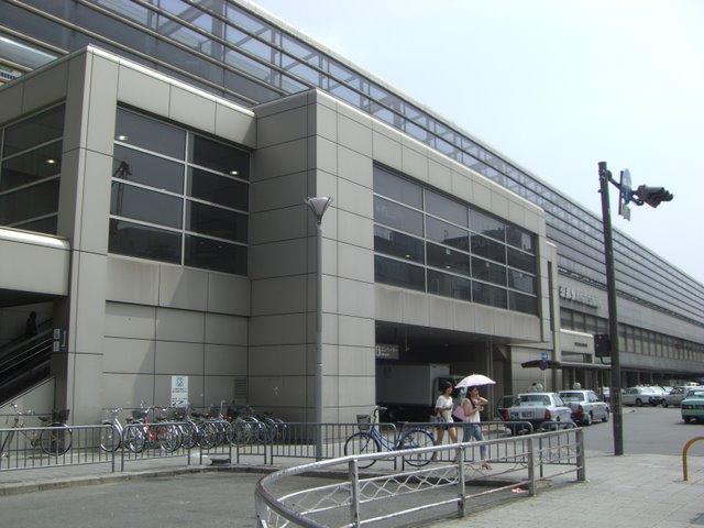 二階に上がると南北自由通路(近鉄、新幹線、在来線、伊勢丹につながる)