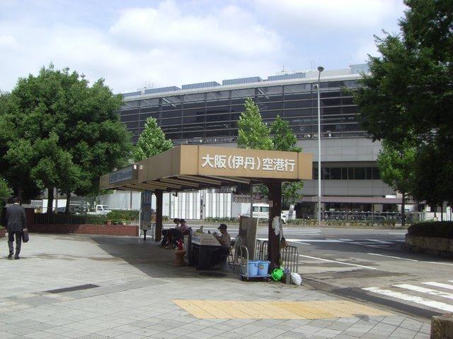 大阪空港行きバス乗り場、乗車券もここで販売
