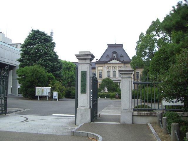 正門から旧本館を望む