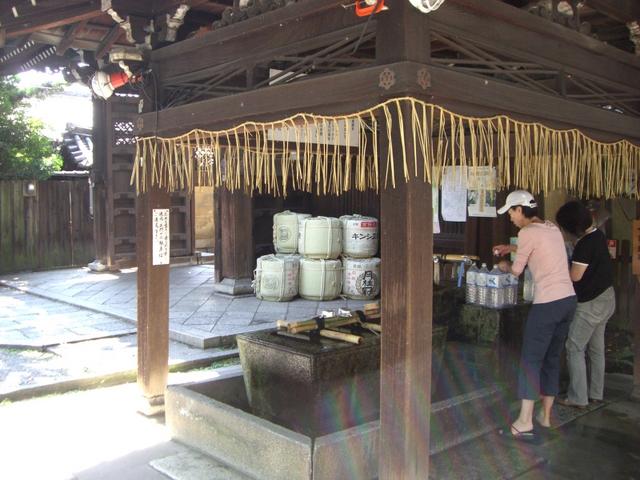 手水舎の水も井戸水が使用されている