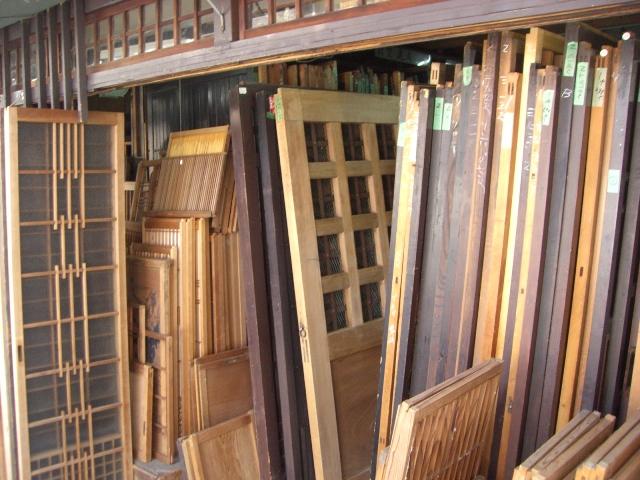 いろんな木製の戸があります