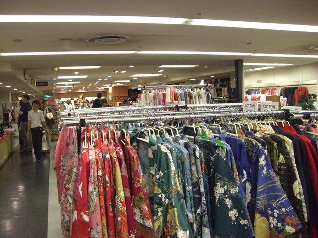 着物はコットンやポリエステル製が多く安価
