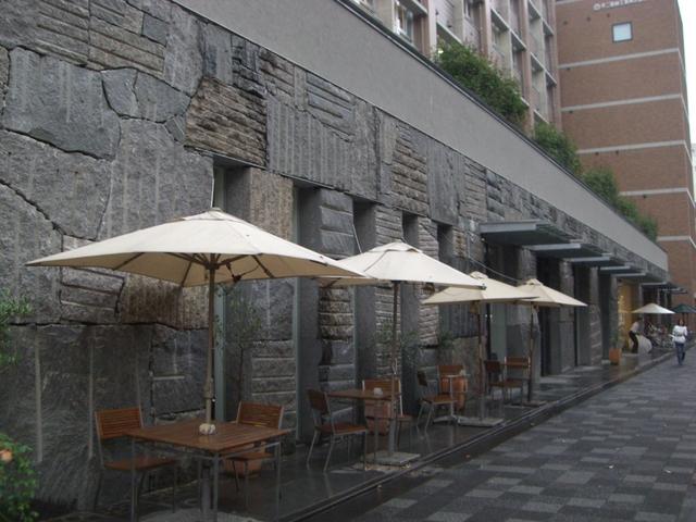 御池創生館一階には洒落たカフェが
