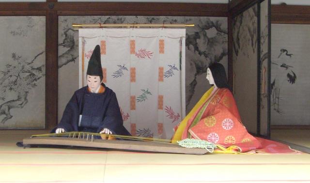琴を弾く貴族と十二単の女性