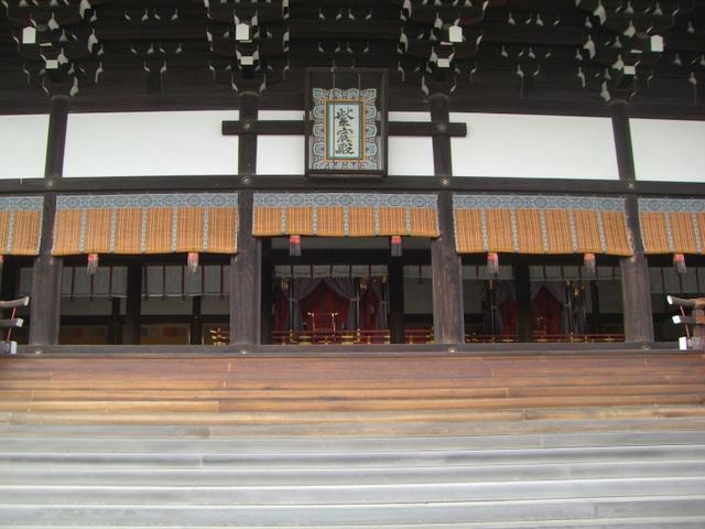 紫宸殿(中央に高御座、右手に御帳座)