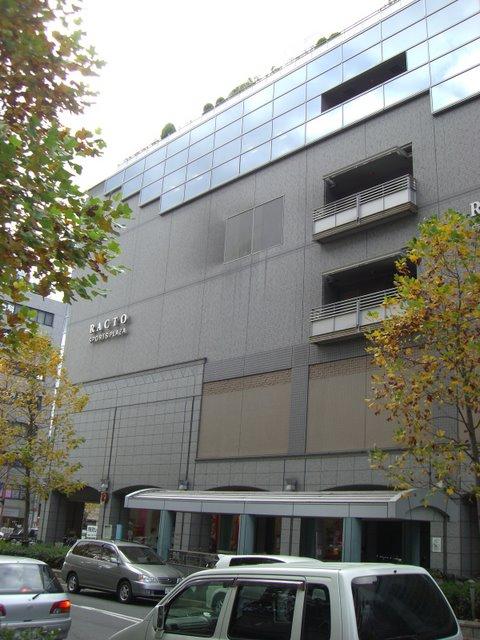 ビルの5階と6階にある