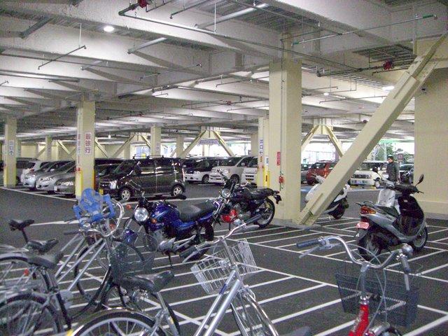1階は駐車場