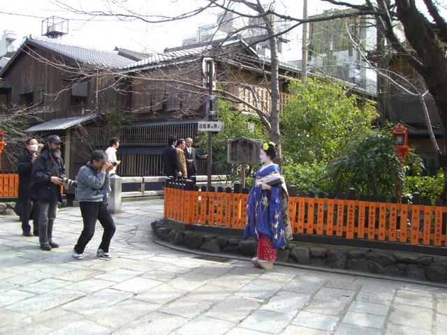 巽橋とカメラマンと舞妓さん