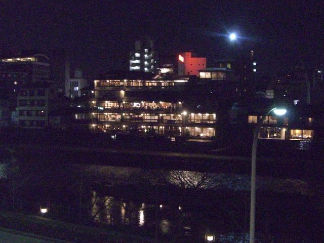 鴨川の水面に写る明かりが幻影的