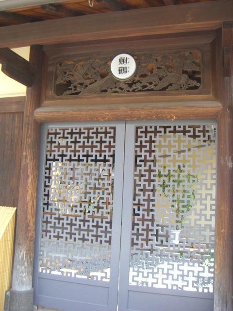 「鮒鶴」の表札のある懐かしい玄関