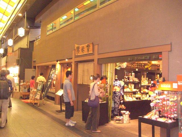 京都らしい小物を扱う店は人気がある