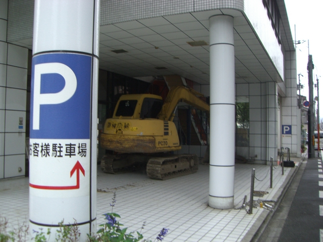 新車が置いてあったところに、ユンボが・・・ すぐに取り壊してビルでも建てるのでしょうね