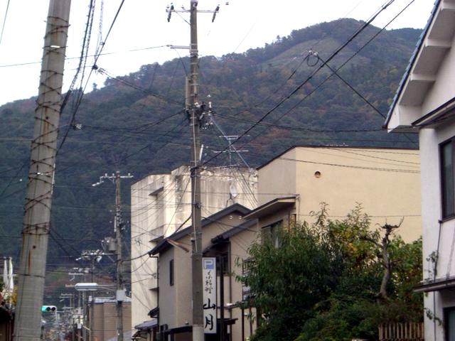 右上の樹木のないところに大の字があります。少し紅葉が始まっています。