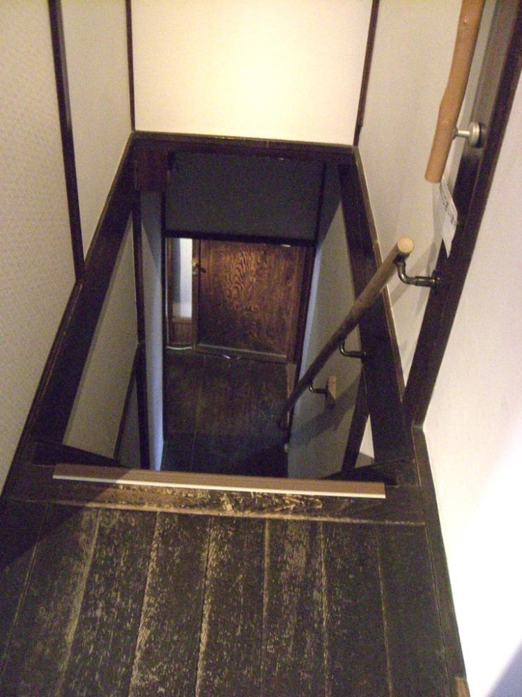 昔の町家の階段は急ですよ