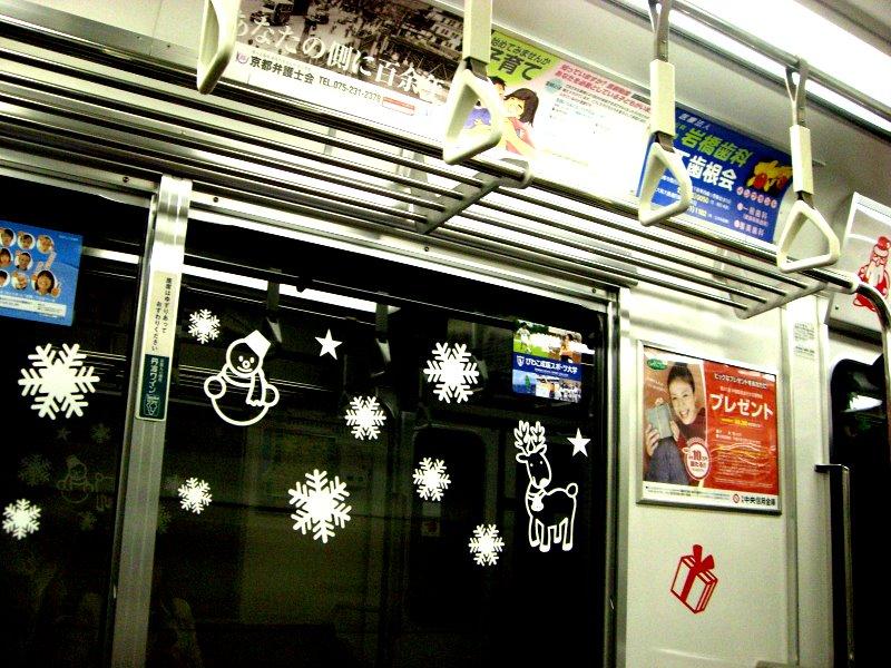 窓の雪ダルマたち