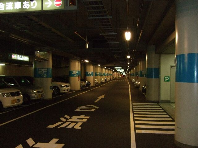 地下駐車場内です。 結構、空きがあります!