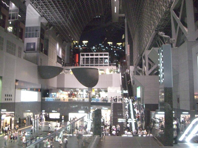 2階から京都駅ビルの吹き抜けを望む