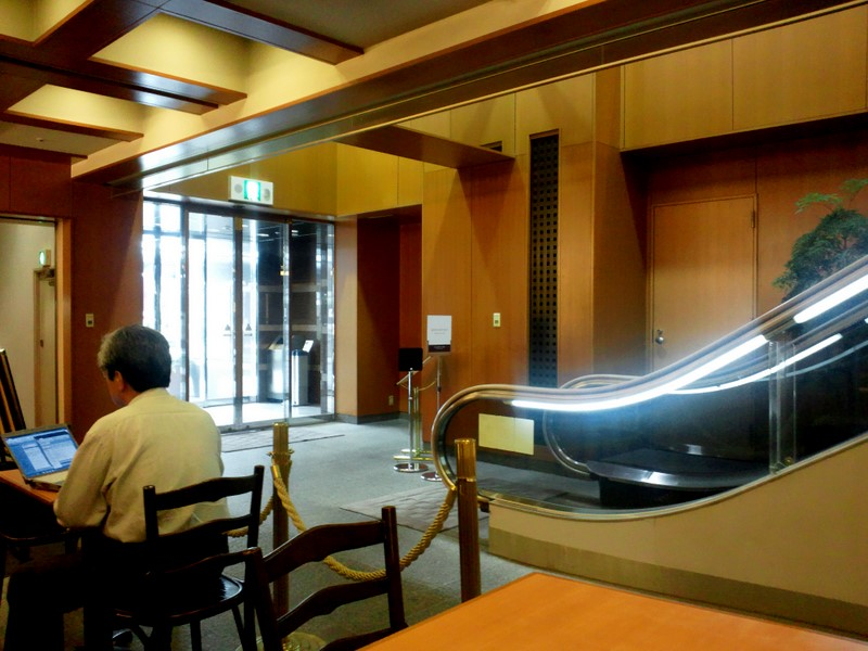 テラス席があるので出てみたのですが、ホテル法華クラブへの通路兼用でした