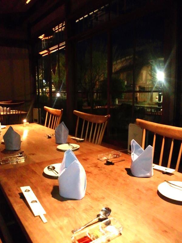 テーブル席は白川に面しています。桜の季節は豪華でしょうね。