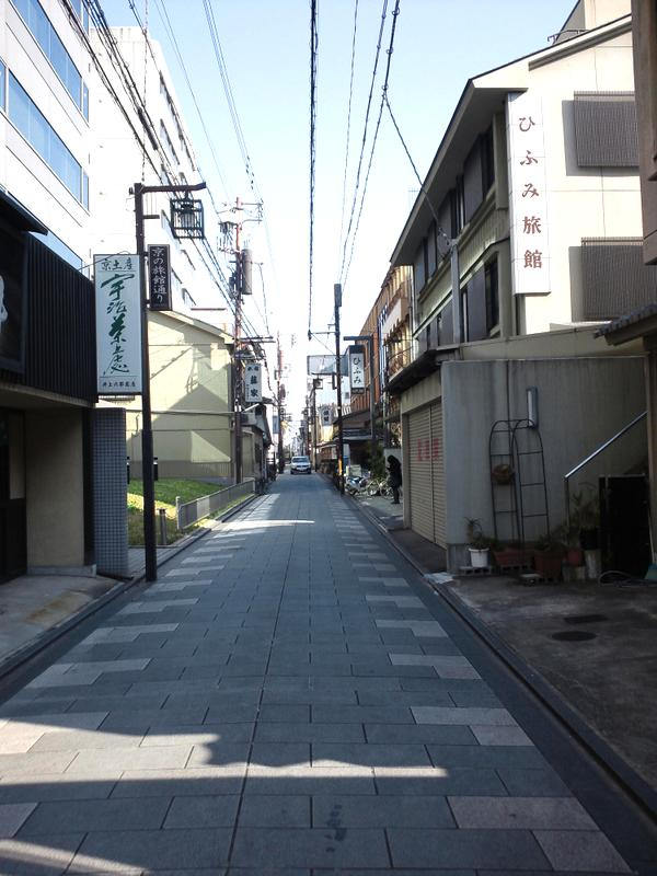 狭い通りですが、車も入れます