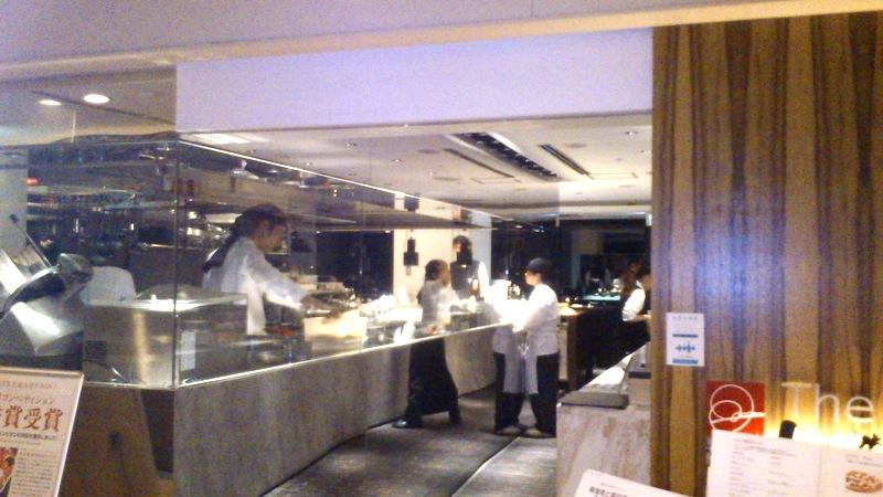 入口横にオープンキッチン