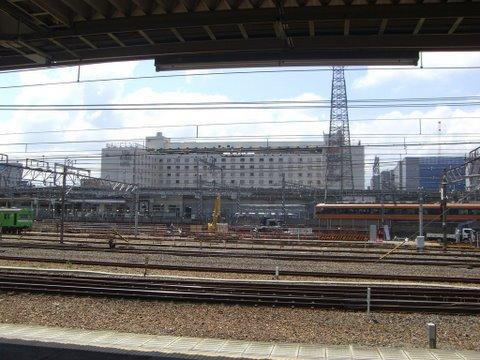 線路をはさんで南側に新都ホテルが見えます