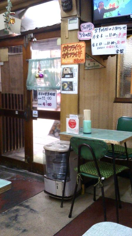 椅子、テーブルもレトロ・・