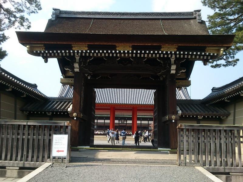 建礼門が解放されたので、御所の外側から承明門を通して紫宸殿 を見ることができる