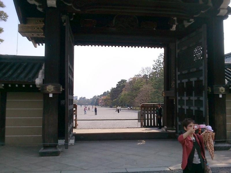 御所の内側から建礼門を通して京都御苑を見る