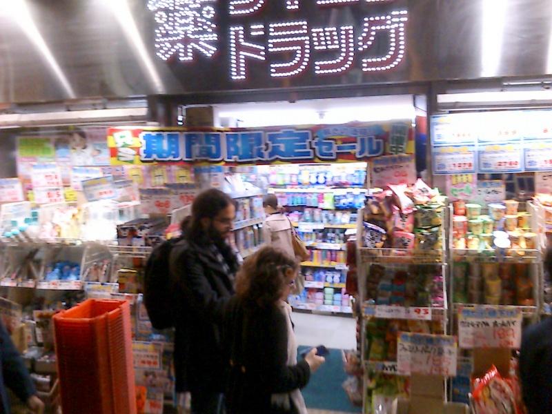 京都駅からヨドバシへの通り道なので観光客がひっきりなしに歩いています