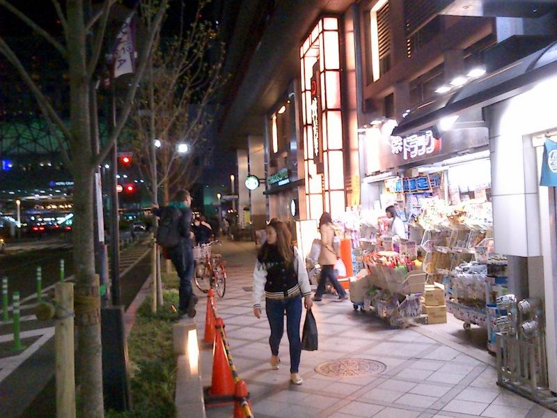 隣にスタバ、正面が京都駅