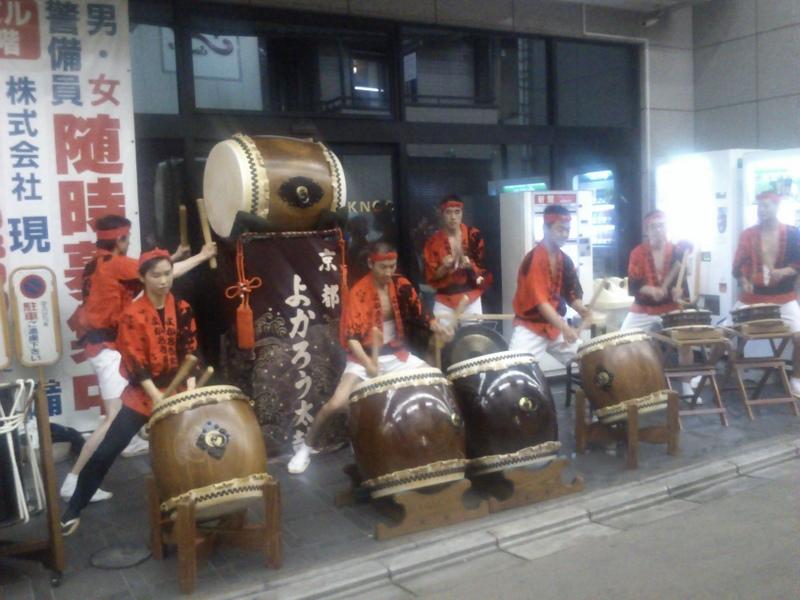 三条商店街での「よかろう大鼓」の演奏。少人数ですが迫力あり。店先の狭いところでの演奏なので気の毒でした。