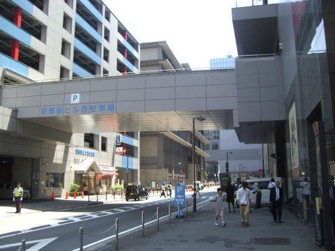 左右に駐車場があり渡り廊下も完備