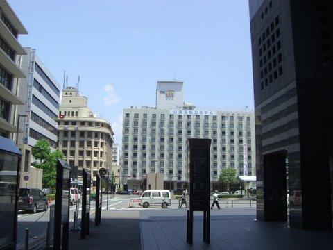 塩小路通をはさんで正面に新阪急ホテル