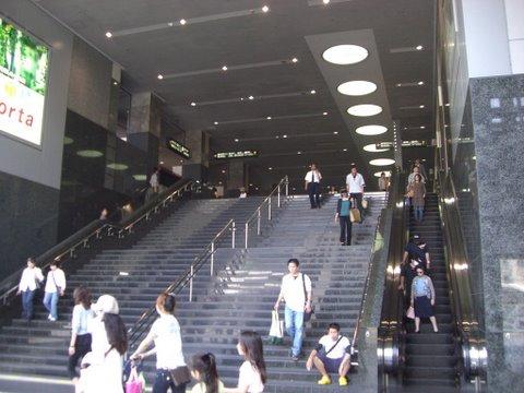 京都駅への階段(八条口までつながっています)