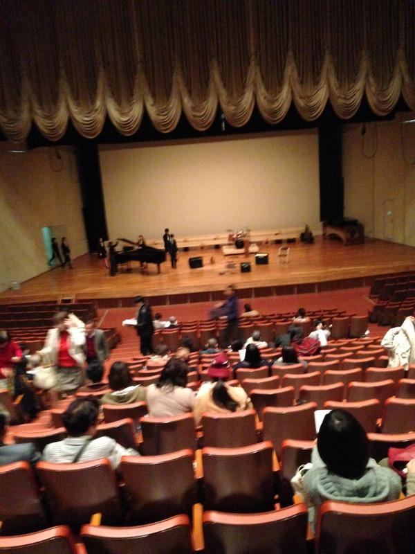 講堂で学生コンサート。それぞれ15分程度の室内楽的な演奏だったが、さすがどの演奏も素晴らしかった。
