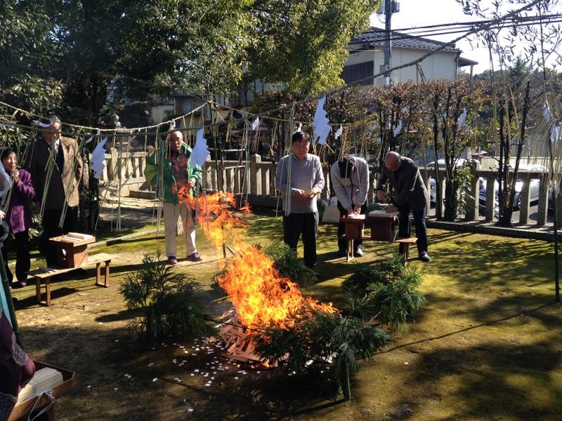 護摩木をどんどん燃やしていきます