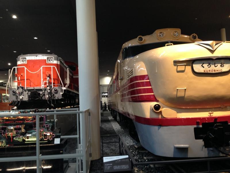 まじかに地面から見る列車は迫力あり