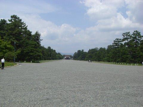 建礼門前大通りから京都御所を望む
