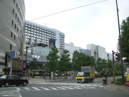 正面左がホテルグランヴィア京都、ルネサンスビルは左手前